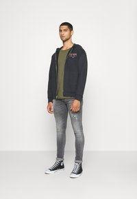 Levi's® - RELAXED GRAPHIC ZIPUP - Zip-up hoodie - jet black - 1