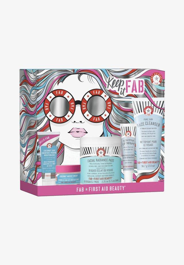 FIRST AID BEAUTY KEEP IT FAB KIT - Skincare set - -