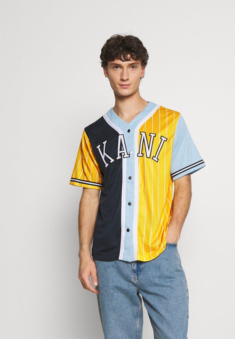 Karl Kani - COLLEGE BLOCK PINSTRIPE BASEBALL  - Print T-shirt - yellow