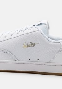 Nike Sportswear - COURT VINTAGE UNISEX - Sneakers basse - white/fossil enigma stone/light brown