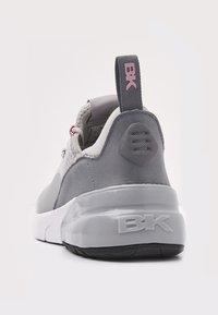 British Knights - VALEN - Sneakersy niskie - light grey/peach - 4