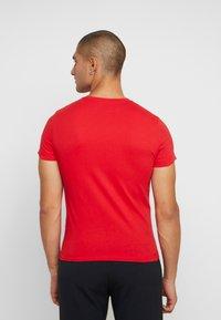 Calvin Klein Jeans - INSTITUTIONAL LOGO SLIM TEE - T-shirt z nadrukiem - racing red/bright white - 2