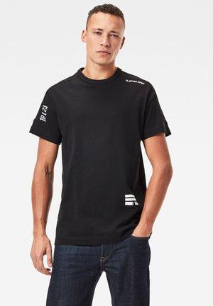 MULTI LOGO KORPAZ - T-shirt print - dk black