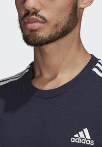 adidas Performance - 3-STRIPES SPORTS ESSENTIALS T-SHIRT - T-shirt med print - dark blue - 4