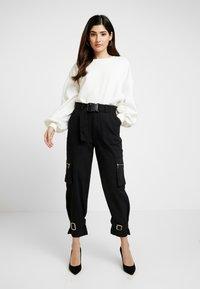 Missguided Petite - UTILITY POCKET BUCKLE TROUSERS - Pantalones - black - 1