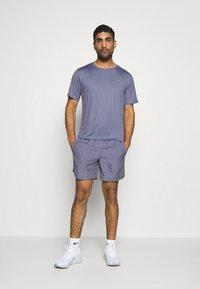 Nike Performance - M NK RUN DVN CHLLGR FL 7IN BF - Pantalón corto de deporte - world indigo/white - 1