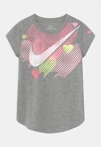 Nike Sportswear - STAMPED HEART - Camiseta estampada - dark grey heather - 0