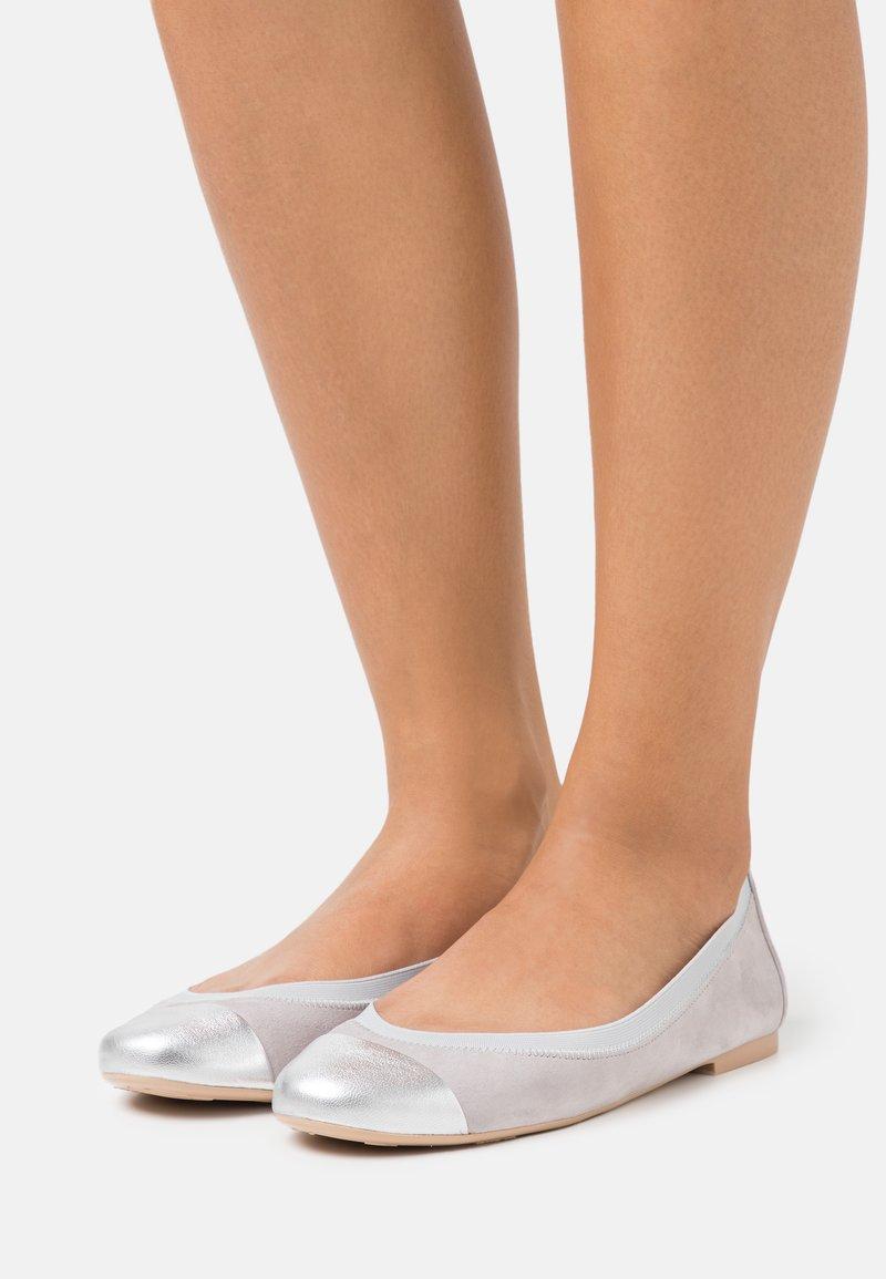 Pretty Ballerinas - AMI ANGELIS BETINA - Ballet pumps - plata/betina/fume