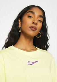 Nike Sportswear - CROP TEE  - T-shirts - zitron - 3