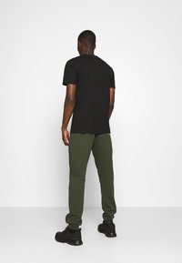 Carlo Colucci - PANT - Tracksuit bottoms - green - 2