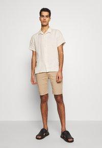 Bruuns Bazaar - DENNIS POUL - Shorts - beige - 1