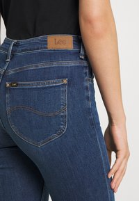 Lee - BREESE - Flared Jeans - mid remi - 4