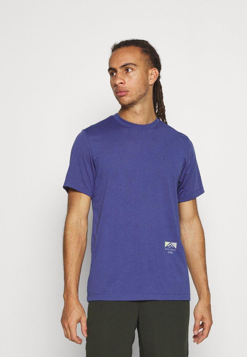 Nike Performance - TEE TRAIL - Camiseta estampada - dark purple dust