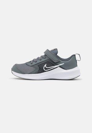 DOWNSHIFTER 11 UNISEX - Chaussures de running neutres - smoke grey/white/iron grey