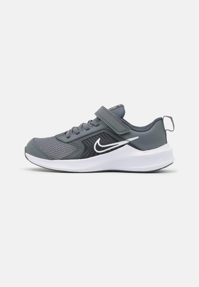 DOWNSHIFTER 11 UNISEX - Neutrální běžecké boty - smoke grey/white/iron grey