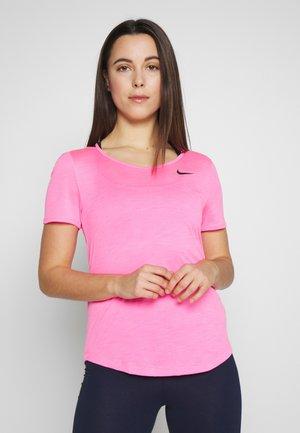 W NK TOP SS RUNWAY - Camiseta estampada - digital pink/black