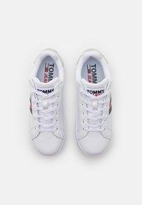 Tommy Jeans - IRIDESCENT ICONIC - Matalavartiset tennarit - white - 5