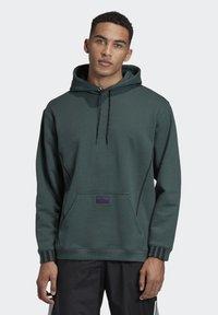 adidas Originals - R.Y.V. HOODIE - Jersey con capucha - green - 0