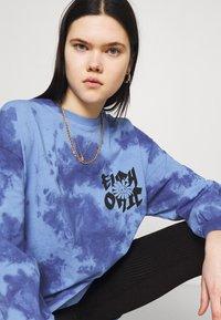 BDG Urban Outfitters - TIE DYE FLOWER - Long sleeved top - blue - 4