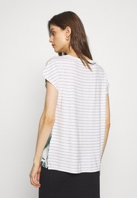 Betty & Co - MASSTAB - T-shirt z nadrukiem - cream/mint - 2