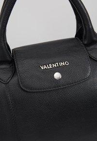 Valentino Bags - WOLF WEEKENDER TOTE - Sac week-end - nero - 5