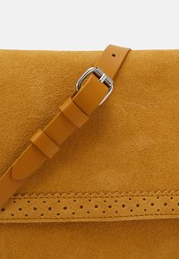 Even&Odd - LEATHER - Across body bag - mustard yellow - 3