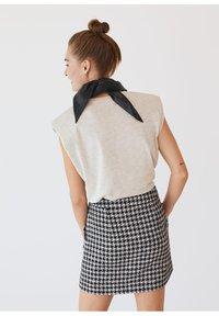 Mango - KOHOPINTAINEN GINGHAM-KUVIOINEN - Mini skirt - black - 2