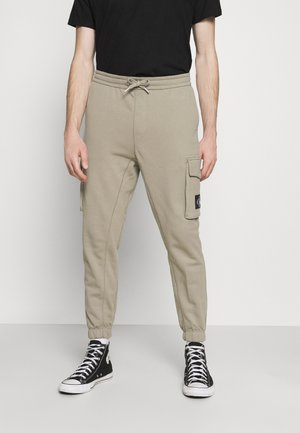 BADGE PANT - Cargo trousers - elephant skin