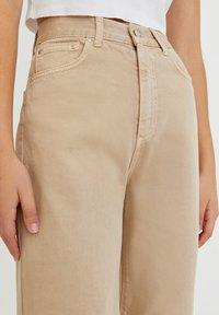 PULL&BEAR - Flared Jeans - mottled beige - 4