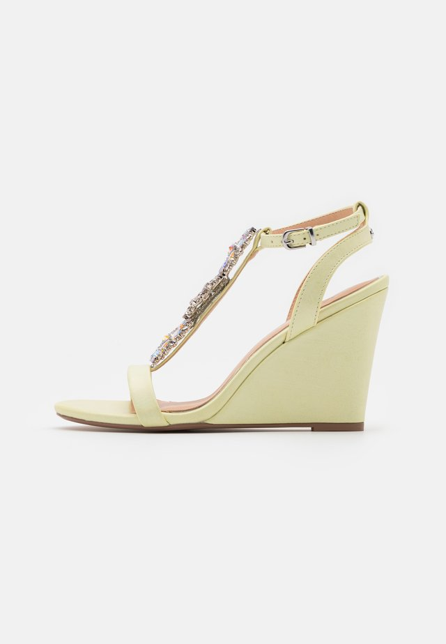 LIZZIE WEDGE - Sandalias de tacón - yellow