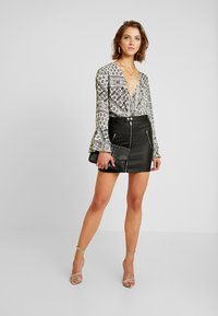 Missguided - FLORAL SCARF PRINT PLUNGE BODYSUIT - Blouse - white - 1