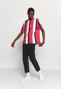 Karl Kani - UNISEX SIGNATURE STRIPE TEE - Print T-shirt - red - 1
