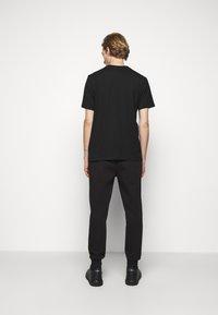 HUGO - T-shirt con stampa - black - 2