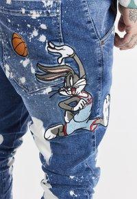 SIKSILK - SPACE JAM SLAM DUNK APPLIQUE - Jeans Skinny Fit - midstone - 4