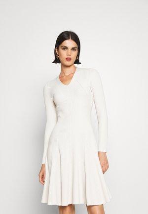 FASHION DRESS - Pletené šaty - cool natural