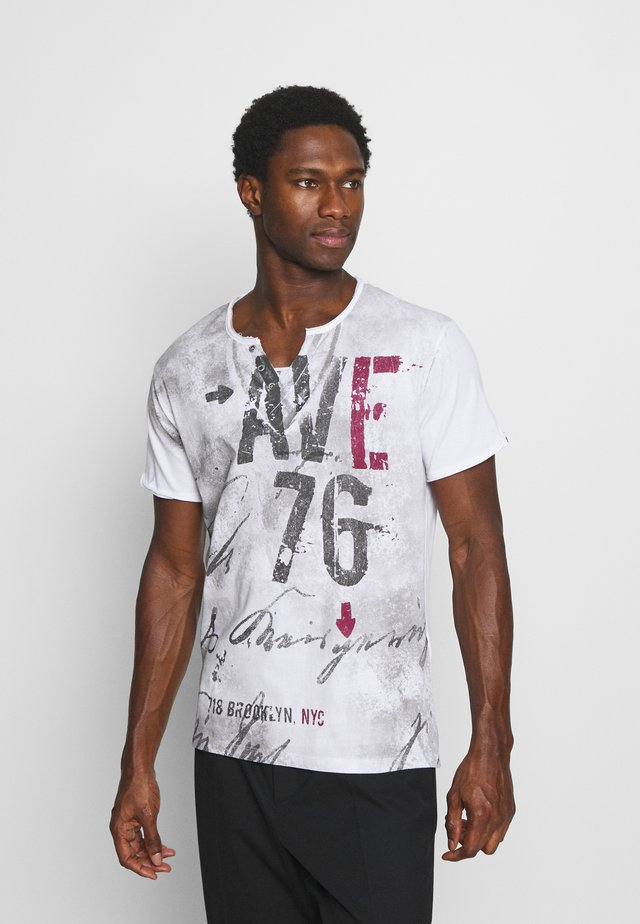 OUTCOME BUTTON - T-shirt con stampa - white