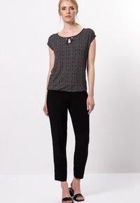 zero - Print T-shirt - black - 1
