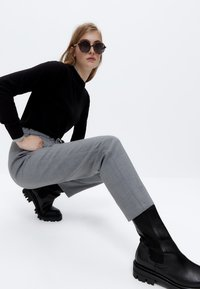 Uterqüe - STRETCH  - Trousers - grey - 4