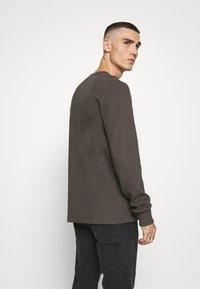 Calvin Klein Jeans - MONOGRAM BADGE TEE - Long sleeved top - aluminium grey - 2