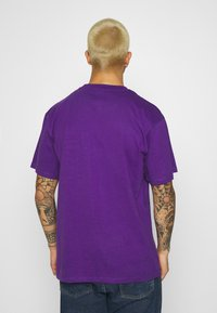 Karl Kani - SMALL SIGNATURE BOX TEE UNISEX  - Print T-shirt - purple - 2
