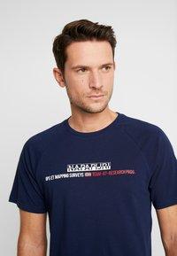 Napapijri - SASTIA  - Camiseta estampada - medieval blue - 5