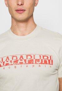 Napapijri - SOLANOS - Print T-shirt - dove grey - 4