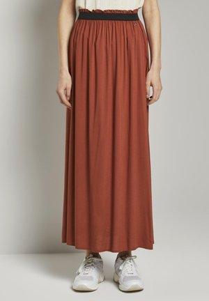 MIT ELASTISCHEM BUND - Pleated skirt - rust orange