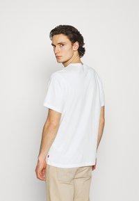 Levi's® - TEE UNISEX - Print T-shirt - white - 2
