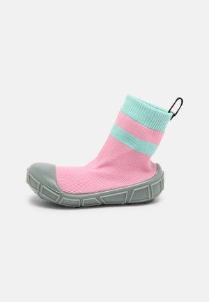 SOCKS IN A SHELL - Babyschoenen - pink