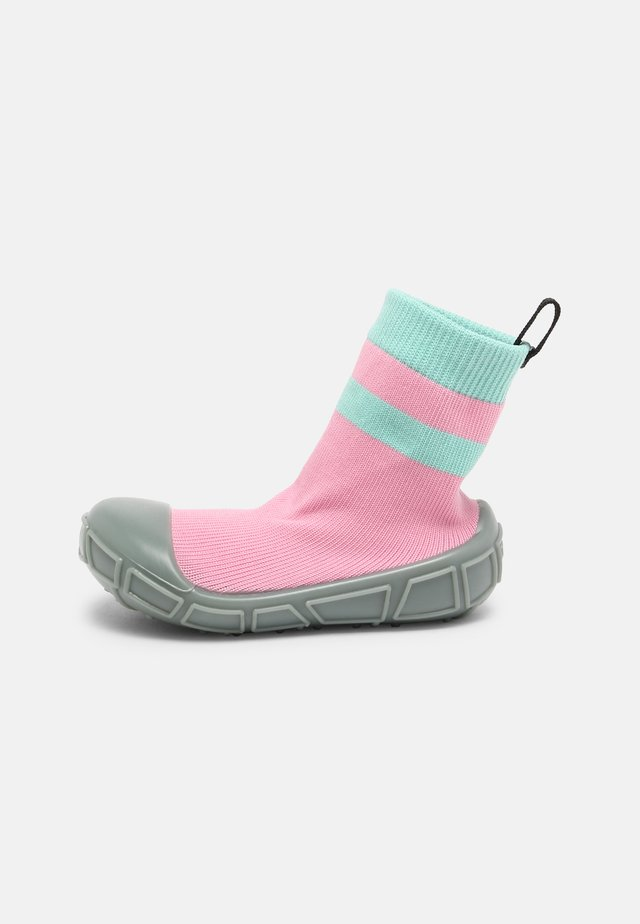 SOCKS IN A SHELL - First shoes - pink
