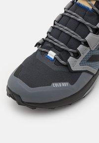 adidas Performance - TERREX TRAILMAKER MID COLD.RDY - Hikingskor - grey six/core black/halo blue - 5