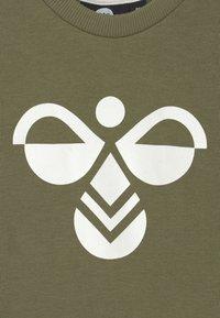 Hummel - ARIN CREWSUIT SET UNISEX - Survêtement - deep lichen green - 3