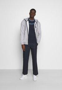 Jack & Jones - JCOCLEAN TEE CREW NECK - T-shirt imprimé - navy blazer - 1