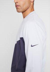 Nike Golf - SHIELD VICTORY CREW - Top sdlouhým rukávem - sky grey/gridiron - 4